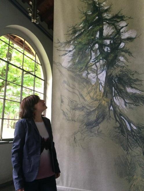 Roberta Bonazza, la curatrice, di fianco al grandioso Larice del pittore Hofer. Photo by Carlo Corradi