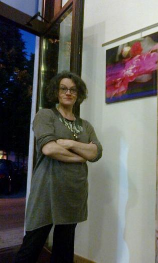 Marina Caccia davanti a una sua foto