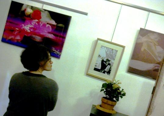 Marina Caccia davanti alle sue foto